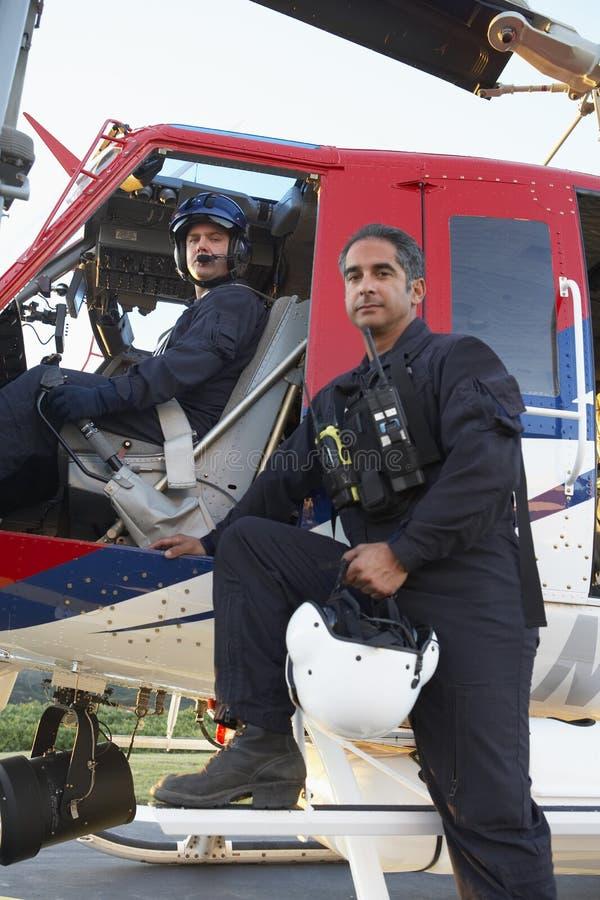 Retrato del piloto y del paramédico de Medevac imagenes de archivo