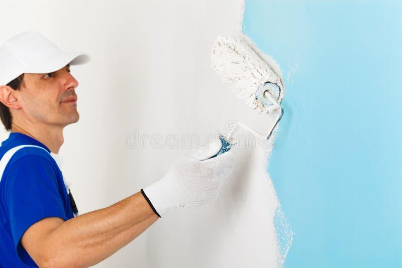 Retrato del pintor que pinta una pared imagenes de archivo