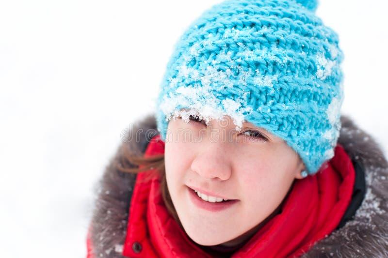 Retrato del primer del adolescente alegre en sombrero de lana del verano imagen de archivo