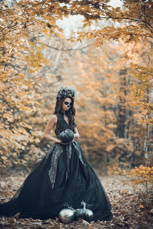 Retrato del primer de Calavera Catrina en vestido negro Maquillaje del cr?neo del az?car Dia De Los Muertos D?a de los muertos V? imagen de archivo libre de regalías