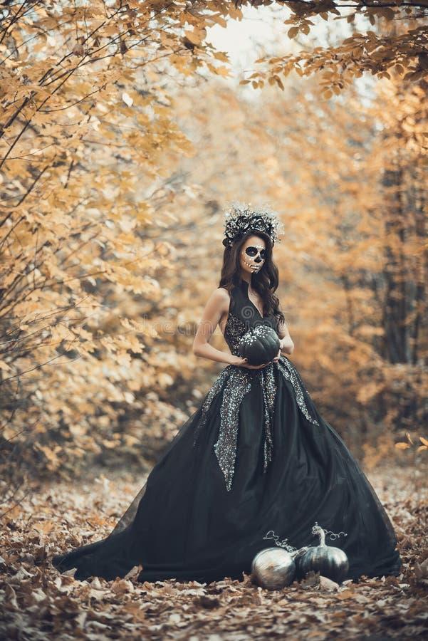 Retrato del primer de Calavera Catrina en vestido negro Maquillaje del cr?neo del az?car Dia De Los Muertos D?a de los muertos V? fotos de archivo