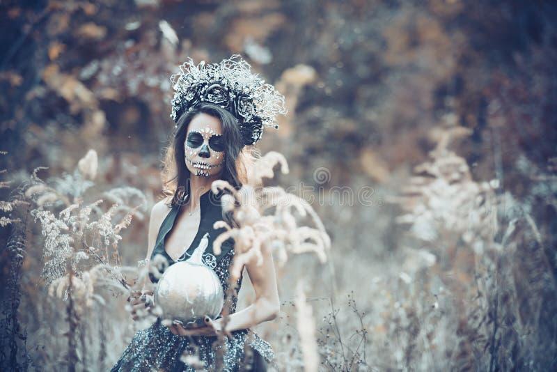 Retrato del primer de Calavera Catrina en vestido negro Maquillaje del cr?neo del az?car Dia De Los Muertos D?a de los muertos V? fotografía de archivo libre de regalías