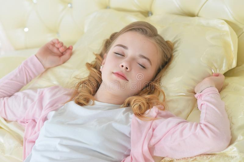 Retrato del primer de dormir lindo de la niña fotografía de archivo libre de regalías