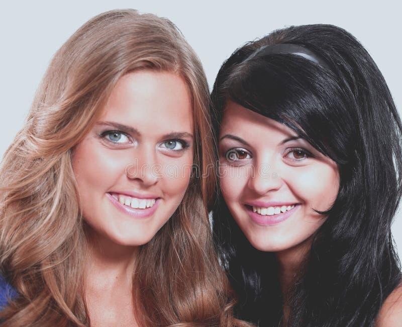 Retrato del primer de dos amigos femeninos jovenes sonrientes contra wh imagen de archivo