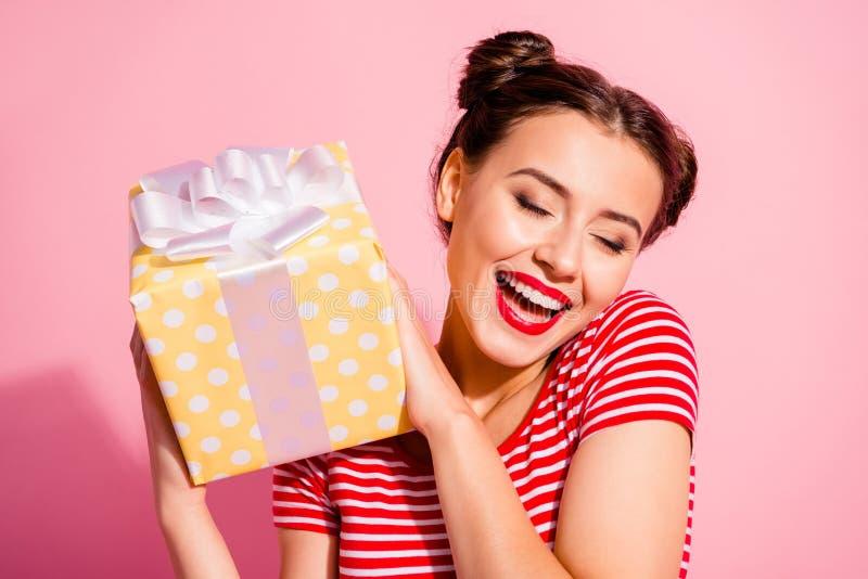 Retrato del primer de ella ella muchacha alegre alegre del contenido precioso agradable atractivo atractivo encantador lindo agra imágenes de archivo libres de regalías