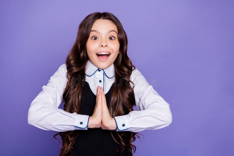 Retrato del primer de ella ella muchacha pre-adolescente de pelo ondulado alegre alegre alegre emocionada atractiva atractiva que imagenes de archivo