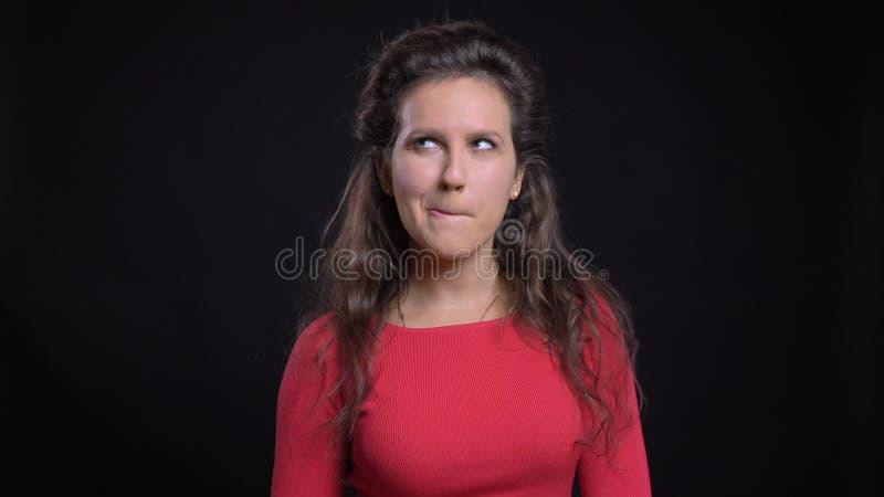 Retrato del primer de femalebeing de mediana edad atractivo del caucásico pensativo en la reflexión delante de la cámara fotos de archivo