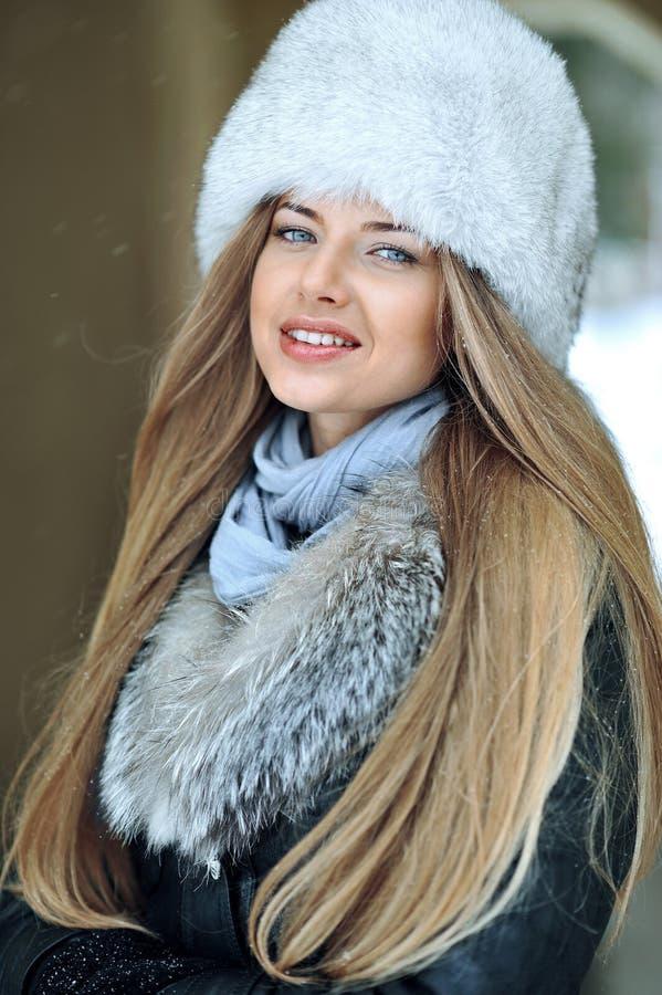 Retrato del primer de la chica joven bonita en invierno fotografía de archivo
