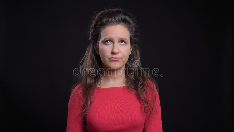 Retrato del primer de la hembra caucásica de mediana edad atractiva que es irritada y que hace un rollo del ojo delante del foto de archivo libre de regalías