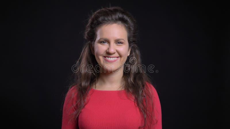 Retrato del primer de la hembra caucásica de mediana edad atractiva que sonríe feliz mientras que mira derecho la cámara imagenes de archivo