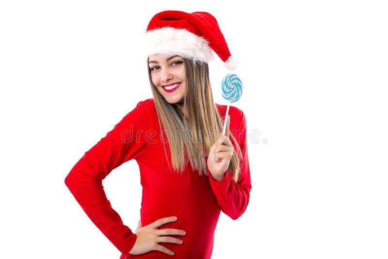 Retrato del primer de la muchacha hermosa en rojo con la tenencia del sombrero de santa foto de archivo libre de regalías