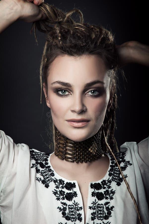 Retrato del primer de la muchacha hermosa joven con el maquillaje elegante a imagen de archivo