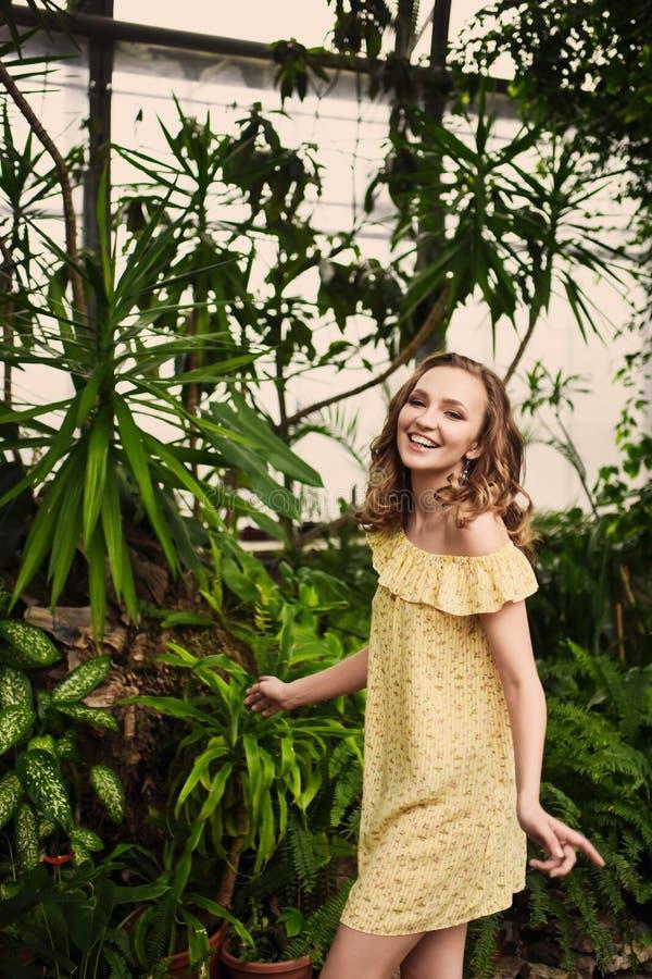 Retrato del primer de la muchacha hermosa joven con el vestido del verano del pelo rizado en bosque tropical fotografía de archivo libre de regalías