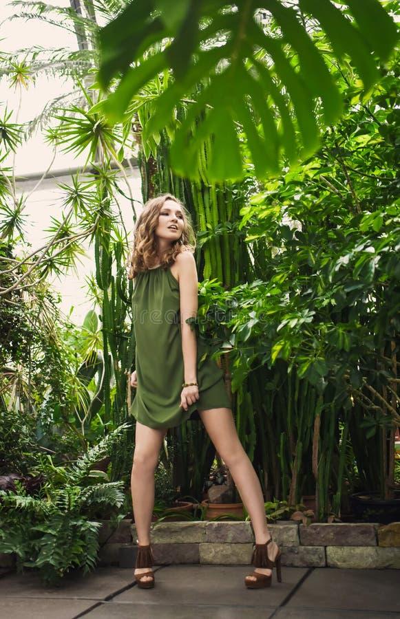 Retrato del primer de la muchacha hermosa joven con el vestido del verano del pelo rizado en bosque tropical imagenes de archivo