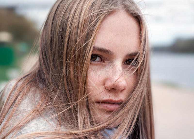 Retrato del primer de la muchacha natural de la belleza fotografía de archivo