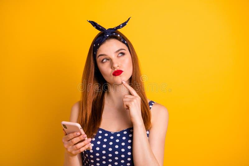 Retrato del primer de la muchacha recto-cabelluda sospechosa de niña preciosa atractiva atractiva que lleva a cabo el dispositivo imágenes de archivo libres de regalías
