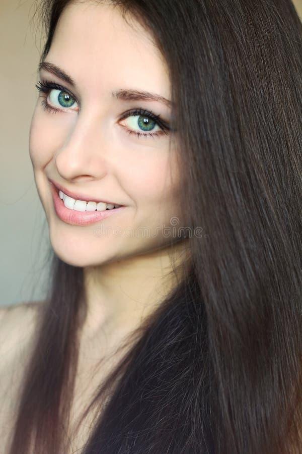 Retrato del primer de la muchacha sonriente hermosa imágenes de archivo libres de regalías