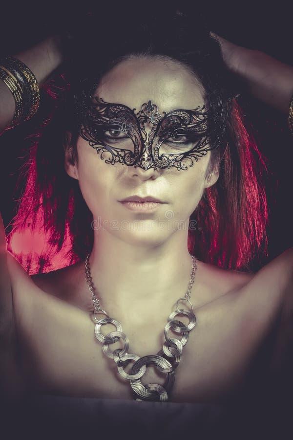 Download Retrato Del Primer De La Mujer Atractiva En La Luz Roja Del Partido, Máscara Veneciana Foto de archivo - Imagen de belleza, cierre: 44853542