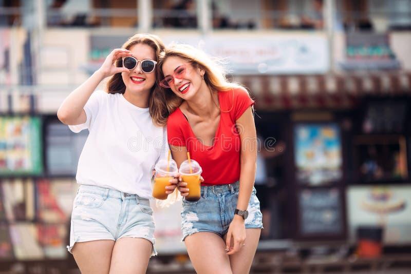 Retrato del primer de la mujer blanca alegre en vidrios en fondo de la falta de definición Foto de la muchacha de moda dos con la fotografía de archivo
