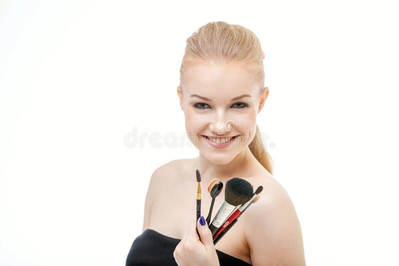Retrato del primer de la mujer con el cepillo del maquillaje cerca de la cara imágenes de archivo libres de regalías