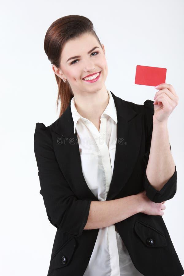 Retrato del primer de la mujer de negocios sonriente joven que lleva a cabo crédito foto de archivo libre de regalías