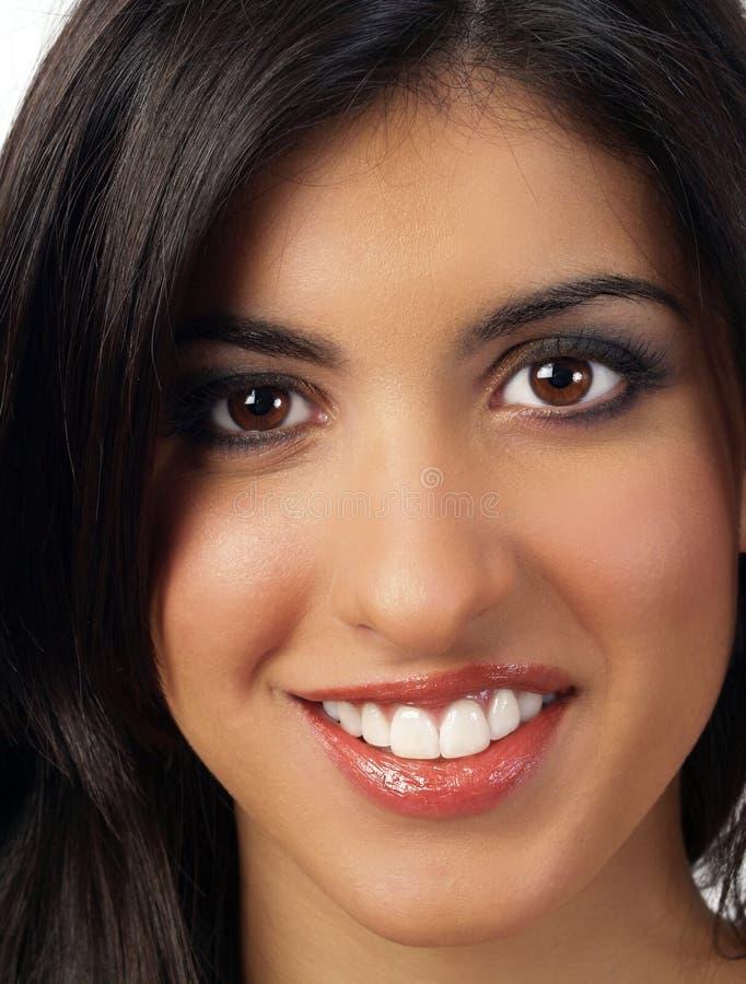 Retrato del primer de la mujer de Oriente Medio sonriente imagen de archivo