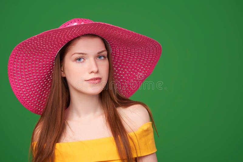 Retrato del primer de la mujer en sombrero de paja foto de archivo
