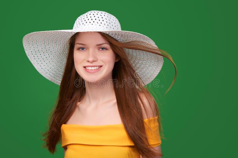 Retrato del primer de la mujer en sombrero de paja imagen de archivo libre de regalías