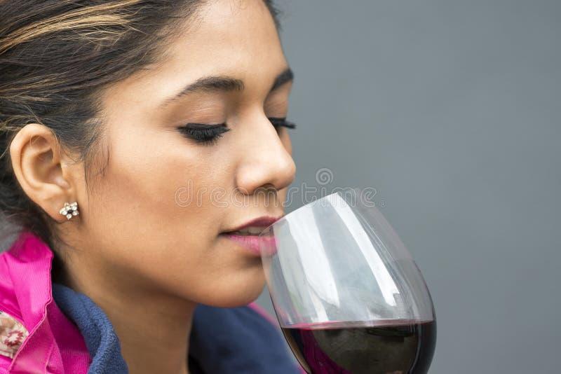 Retrato del primer de la mujer hermosa con la copa de vino roja imagenes de archivo