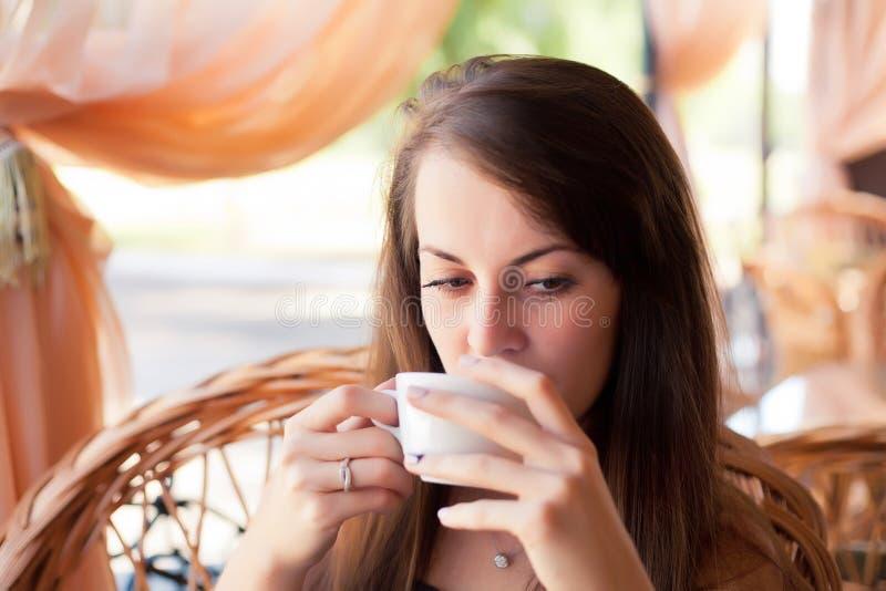 Retrato del primer de la mujer hermosa con un café fotografía de archivo libre de regalías
