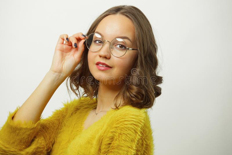 Retrato del primer de la mujer hermosa en las gafas redondas para la visión sobre blanco aisladas foto de archivo