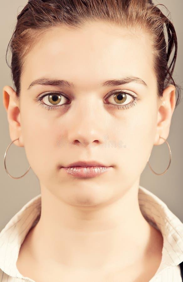 Retrato del primer de la mujer joven foto de archivo