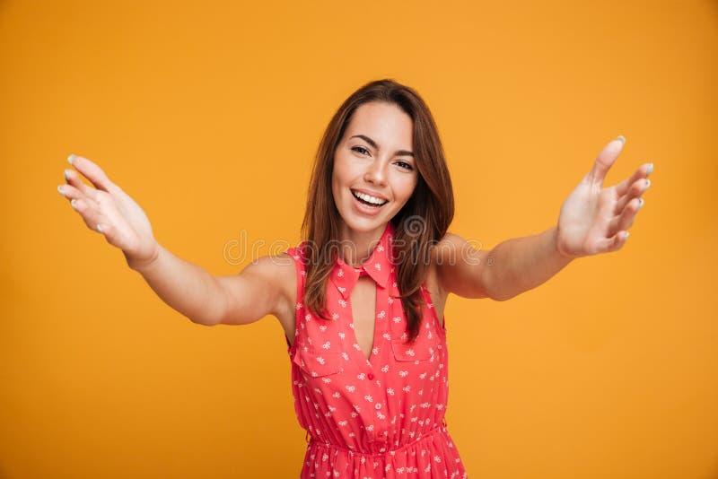 Retrato del primer de la mujer joven atractiva que estira sus brazos, imagen de archivo