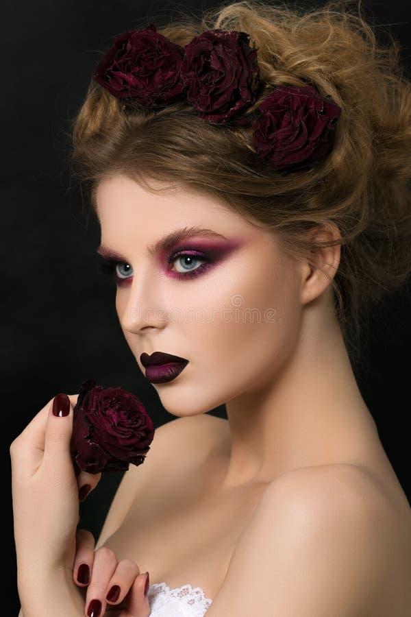 Retrato del primer de la mujer joven con maquillaje violeta oscuro del partido imagen de archivo