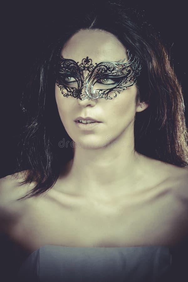 Download Retrato Del Primer De La Mujer Morena Atractiva Con El Carnaval Veneciano Foto de archivo - Imagen de misterio, arte: 44853382
