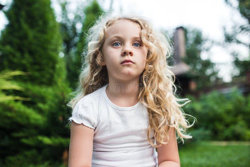 Retrato del primer de la niña pensativa con el pelo rubio largo imagen de archivo
