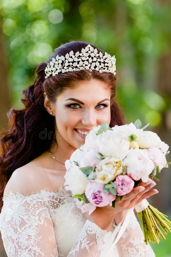 Retrato del primer de la novia con el ramo fotos de archivo