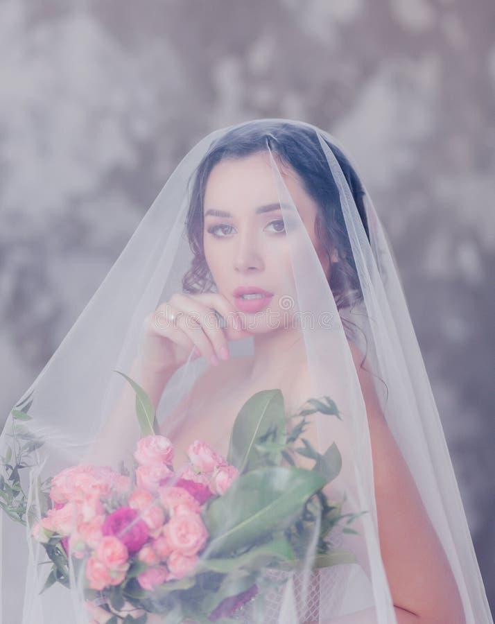 Retrato del primer de la novia magnífica joven con velo fotografía de archivo libre de regalías