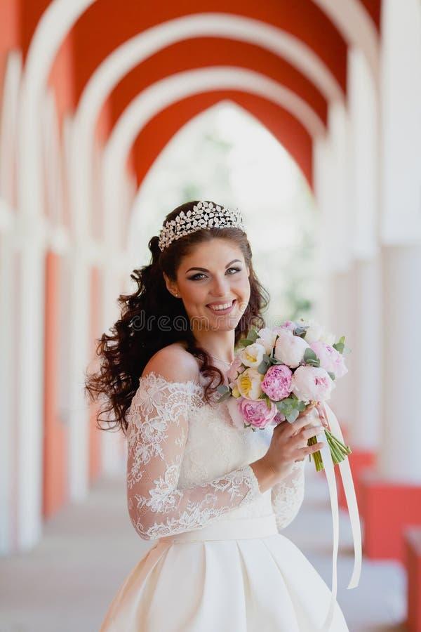 Retrato del primer de la novia muy hermosa imagenes de archivo