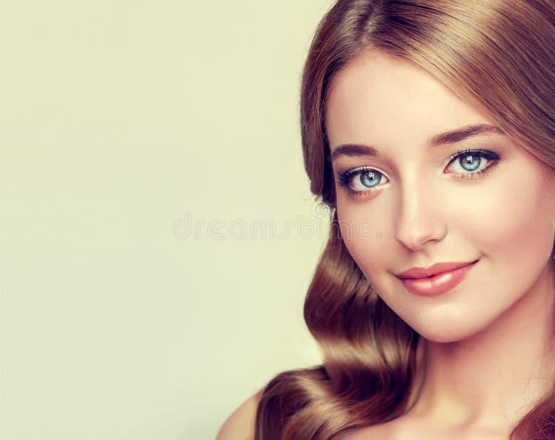 Retrato del primer de la señora joven con el peinado elegante foto de archivo