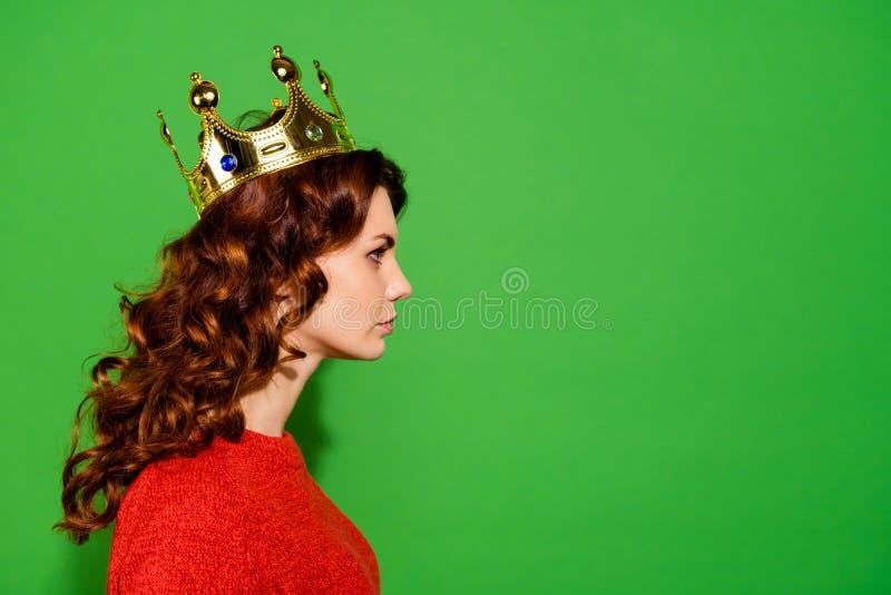Retrato del primer de la vista lateral del perfil de ella ella ondulado útil serio atractivo bonito agradable precioso atractivo imagenes de archivo