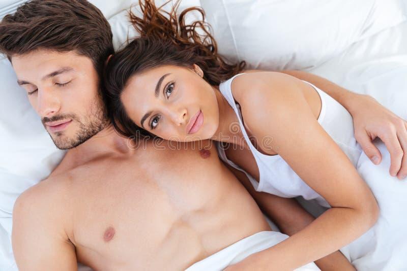 Retrato del primer de los amantes que duermen junto en cama imagen de archivo libre de regalías