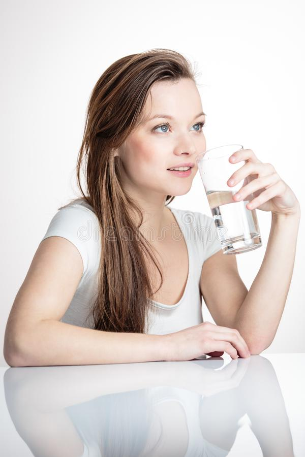 Retrato del primer de un agua potable de la mujer atractiva joven fotos de archivo libres de regalías