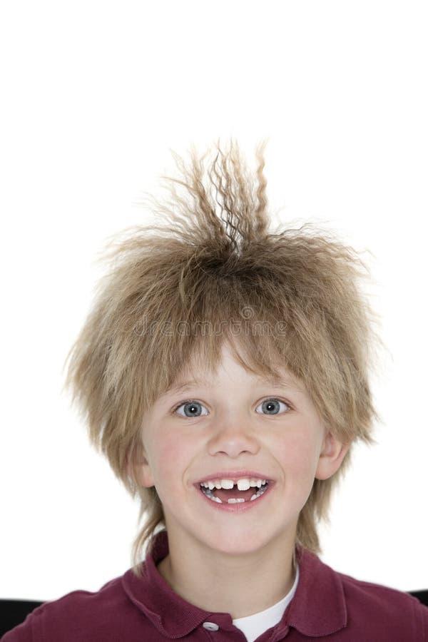 Retrato del primer de un escolar alegre con el pelo claveteado sobre fondo coloreado fotografía de archivo