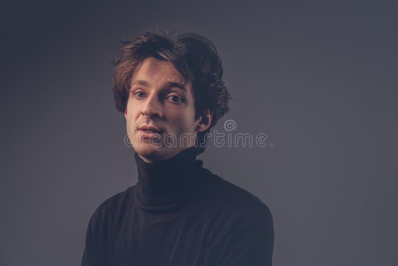 Retrato del primer de un varón sensual carismático en un sudor negro fotos de archivo libres de regalías