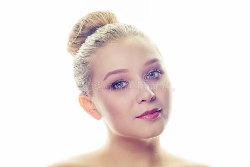Retrato del primer de una cara hermosa de la mujer aislada en el fondo blanco Concepto de los cosméticos, del maquillaje y de la  foto de archivo libre de regalías
