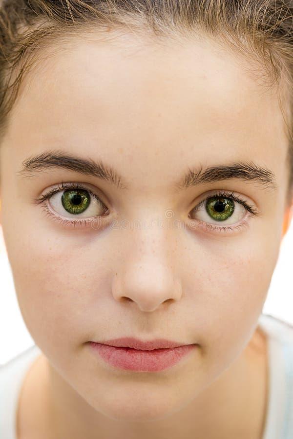 Retrato del primer de una chica joven hermosa, con los ojos verdes grandes imagen de archivo