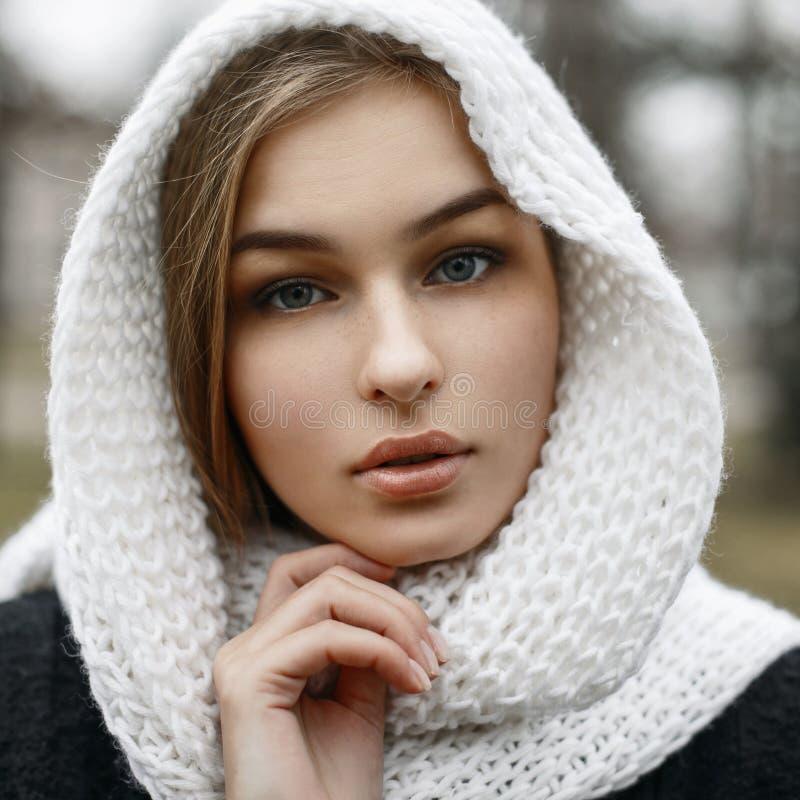 Retrato del primer de una chica joven hermosa en un punto caliente del blanco imagen de archivo libre de regalías
