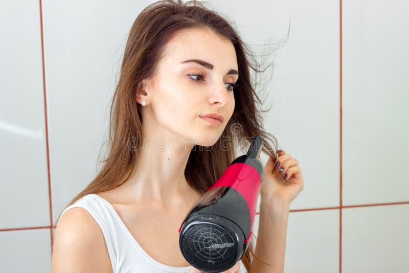 Retrato del primer de una chica joven que el cabello seco imagen de archivo