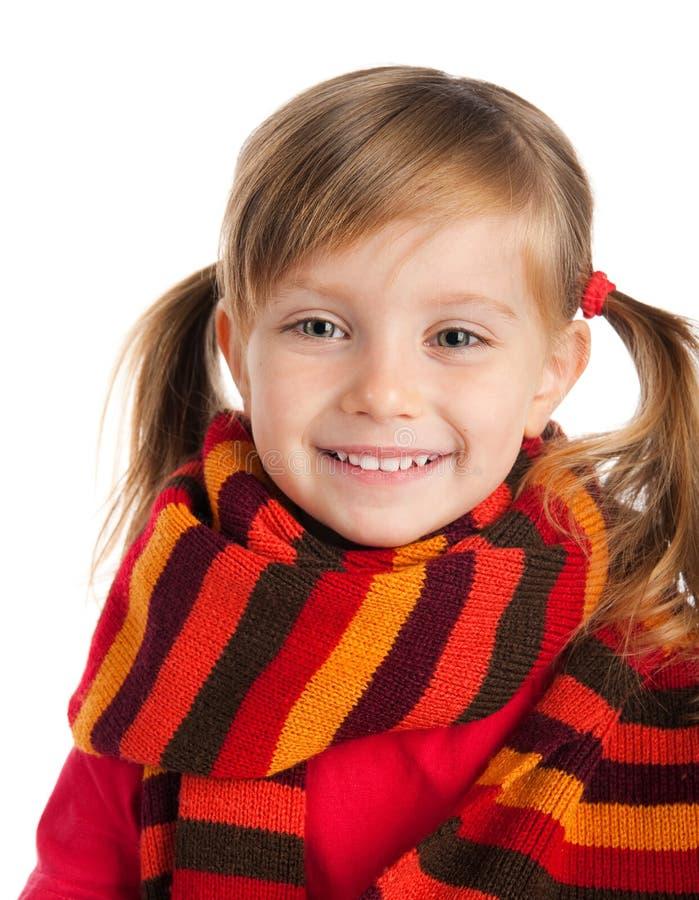 Retrato del primer de una muchacha linda en una bufanda fotos de archivo